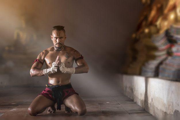 gros-plan-de-ancient-muay-thai-arts-martiaux-a-main-levee-dangereux_12338-85